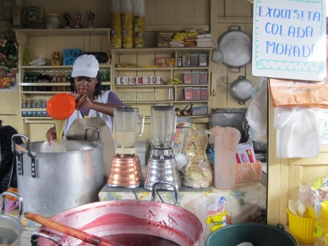 'Colada morada' te koop in het eetkraampje van Elizabeth Zambrano in de Amazonas markt in Ibarra - Foto: Lisa Couderé
