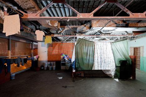 Sommigen hebben hun ruimte gemarkeerd met lakens (Foto: http://www.dezeen.com/2012/09/06/iwan-baan-on-torre-david/)