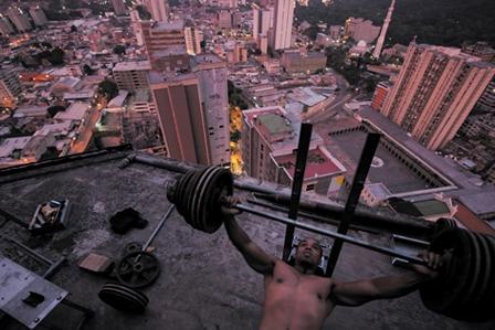 Fitness op de 26ste verdieping. (Foto: www.lars-mueller-publishers.com/en/torre-david)